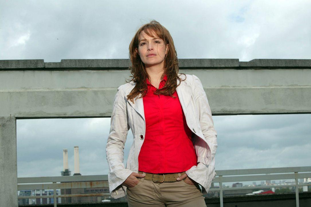 Bei dem Versuch die Flugechse zu töten, wird Claudia (Lucy Brown) durch einen Schlag auf den Kopf bewusstlos. Als sie wieder erwacht, sind die Echs... - Bildquelle: ITV Plc