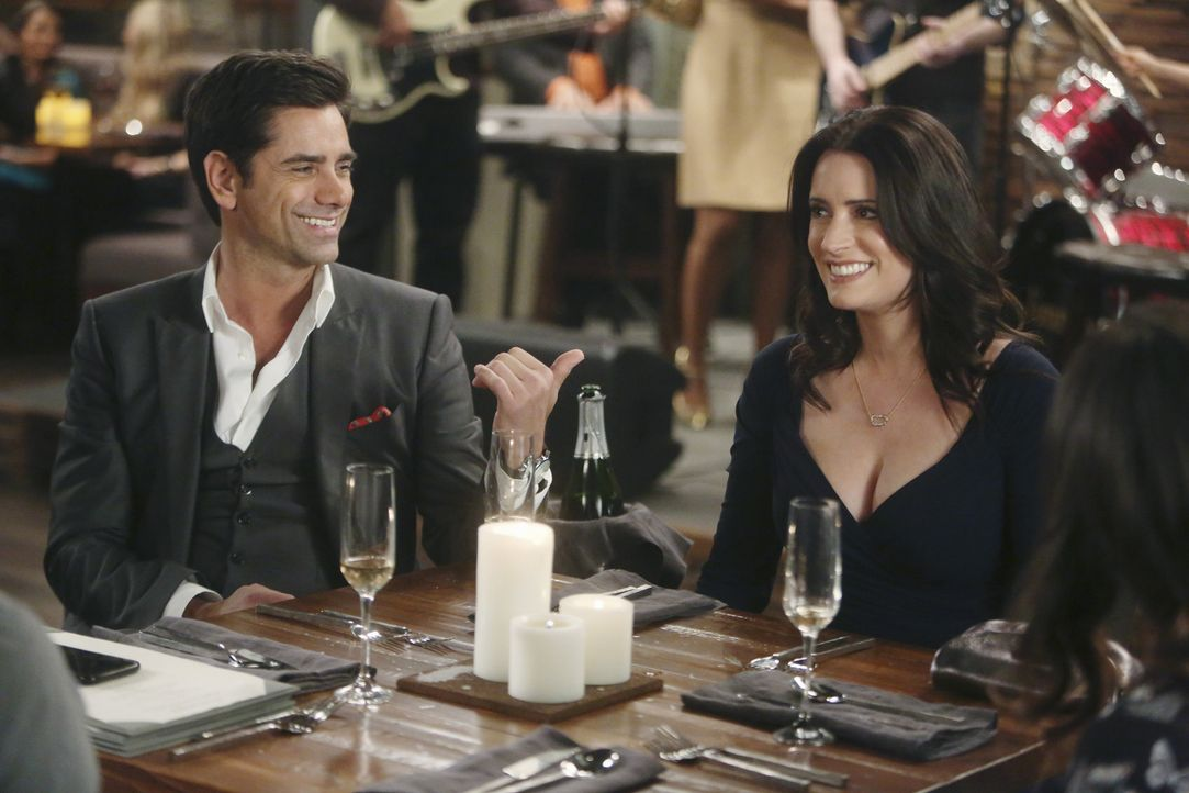 Als Jimmy (John Stamos, l.) und Sara (Paget Brewster, r.) vorgeben, ein Paar zu sein, um Saras Exfreund Craig eifersüchtig zu machen, ist es beinahe... - Bildquelle: Jordin Althaus 2016 ABC Studios. All rights reserved.