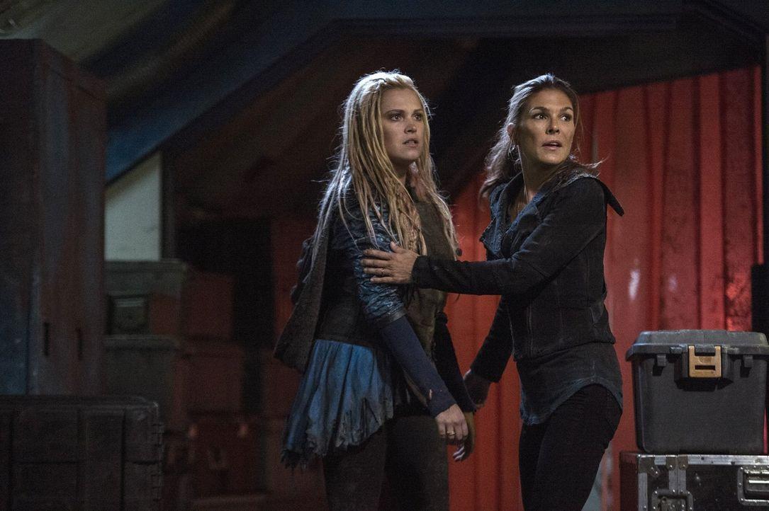 Nach und nach wird Clarke (Eliza Taylor, l.) und Abby (Paige Turco, r.) bewusst, dass sie ihre Vorgehensweise ändern müssen, wenn sie einen Krieg mi... - Bildquelle: 2014 Warner Brothers