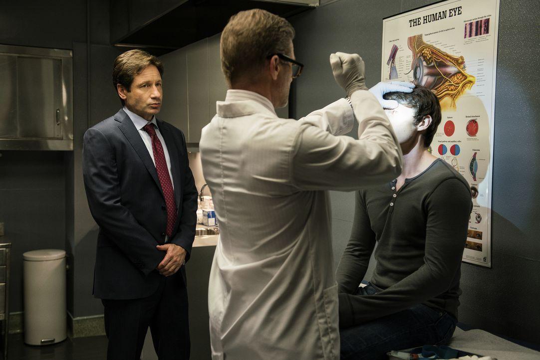 Kann Dr. Augustus Goldman (Doug Savant, M.) bestätigen, was Mulder (David Duchovny, l.) bereits vermutet? Nämlich, dass der junge Kyle (Jonathan Whi... - Bildquelle: Ed Araquel 2016 Fox and its related entities.  All rights reserved.