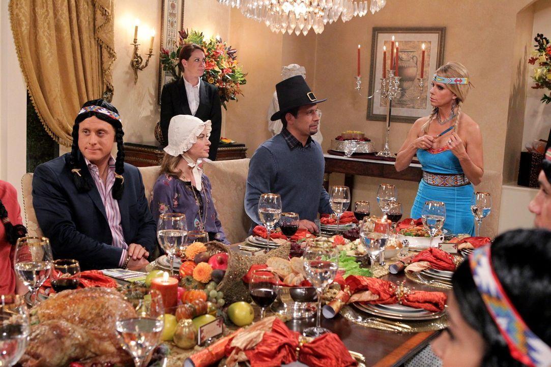 Ein besonderes Thanksgiving in der Vorstadt: Noah (Alan Tudyk, l.), Jill (Gillian Vigman, 2.v.l.), George (Jeremy Sisto, 2.v.r.) und Dallas (Cheryl... - Bildquelle: Warner Bros. Television