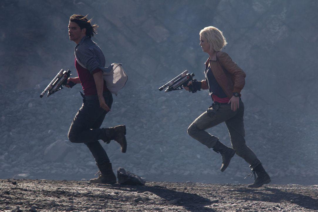 Stehen sie vor dem Ende der Zukunft? Abby (Hannah Spearritt, r.) und Connor (Andrew Lee Potts, l.) ... - Bildquelle: ITV Plc