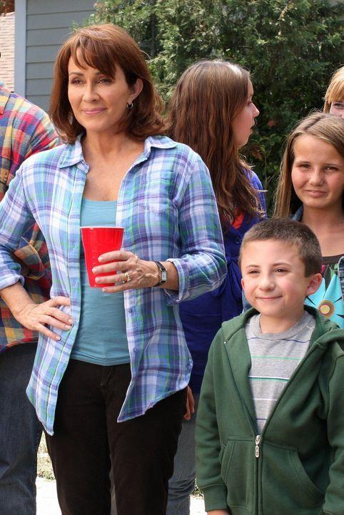 """Bricks (Atticus Shaffer, r.) Lehrer macht Frankie (Patricia Heaton, l.) und Mike darauf aufmerksam, dass er ihren Sohn für """"sozial eingeschränkt"""" hä... - Bildquelle: Warner Brothers"""