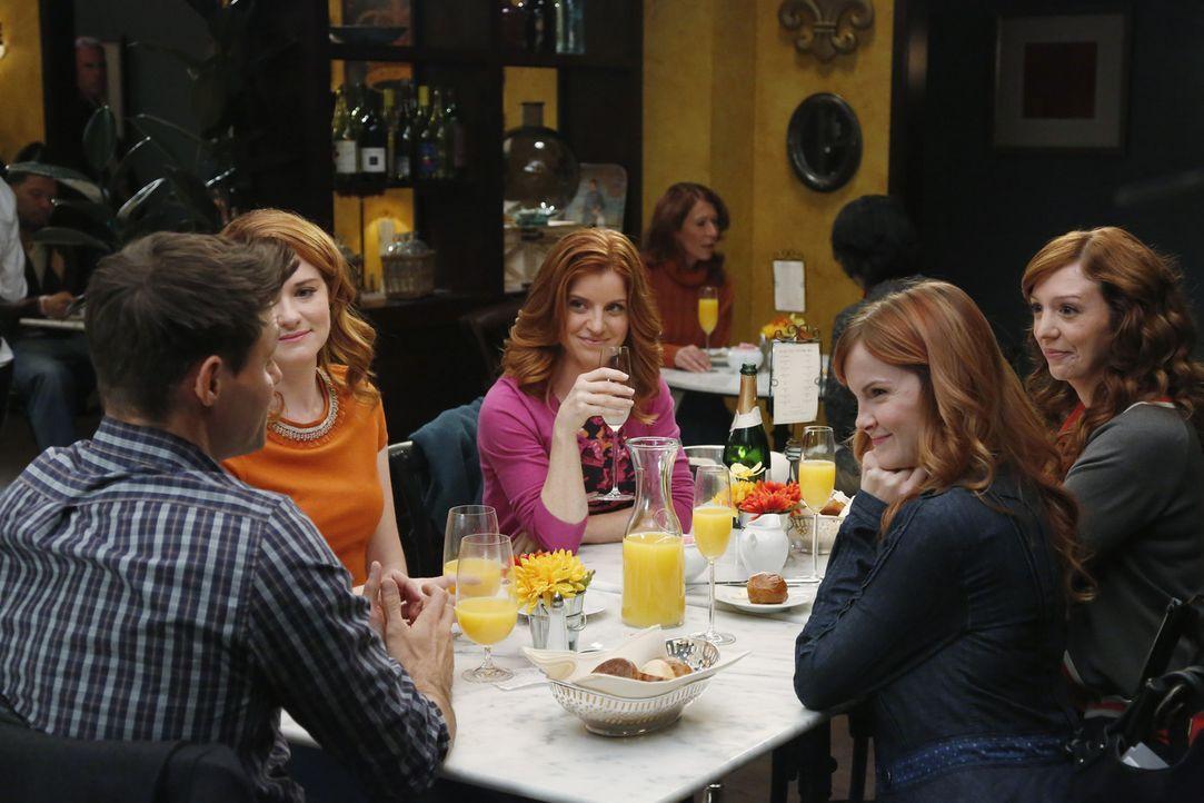 Die Hochzeit von Matthew (Justin Bruening, l.) und April (Sarah Drew, 2.v.l.) rückt immer näher. Dieses Event wollen Aprils Schwestern (Elizabeth... - Bildquelle: ABC Studios