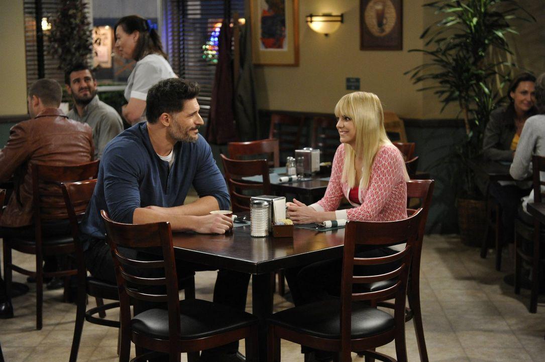 Christy (Anna Faris, r.) freundet sich mit Julian (Joe Manganiello, l.), einem neuen Mitglied ihrer AA-Gruppe an, doch sie hat bei dem schönen Mann... - Bildquelle: 2015 Warner Bros. Entertainment, Inc.