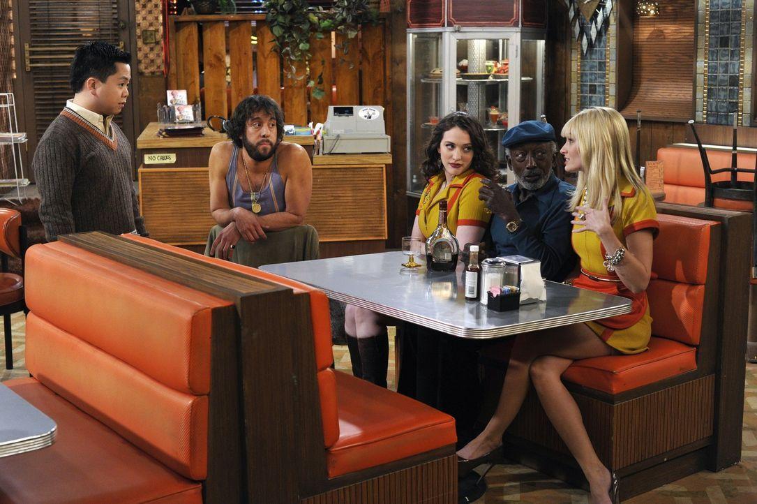 Beim Mitarbeiter -Meeting  wollen Kassierer Earl (Garrett Morris, 2. v. r.), Koch Oleg (Jonathan Kite, 2. v. l.) und die beiden Kellnerinnen Max (Ka... - Bildquelle: Warner Brothers