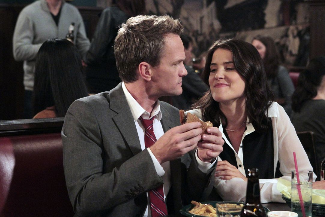 Robin (Cobie Smulders, r.) ist entschlossen, Barney (Neil Patrick Harris, l.) um jeden Preis zurückzugewinnen, während sich Ted als Babysitter für M... - Bildquelle: 2012-2013 Twentieth Century Fox Film Corporation. All rights reserved.