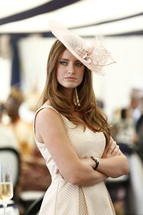 Muss sich widerwillig mit Prinz Liams Ex-Freundin Gemma auseinandersetzten: Ophelia (Merritt Patterson) ... - Bildquelle: Tim Whitby 2014 E! Entertainment Media LLC/Lions Gate Television Inc.