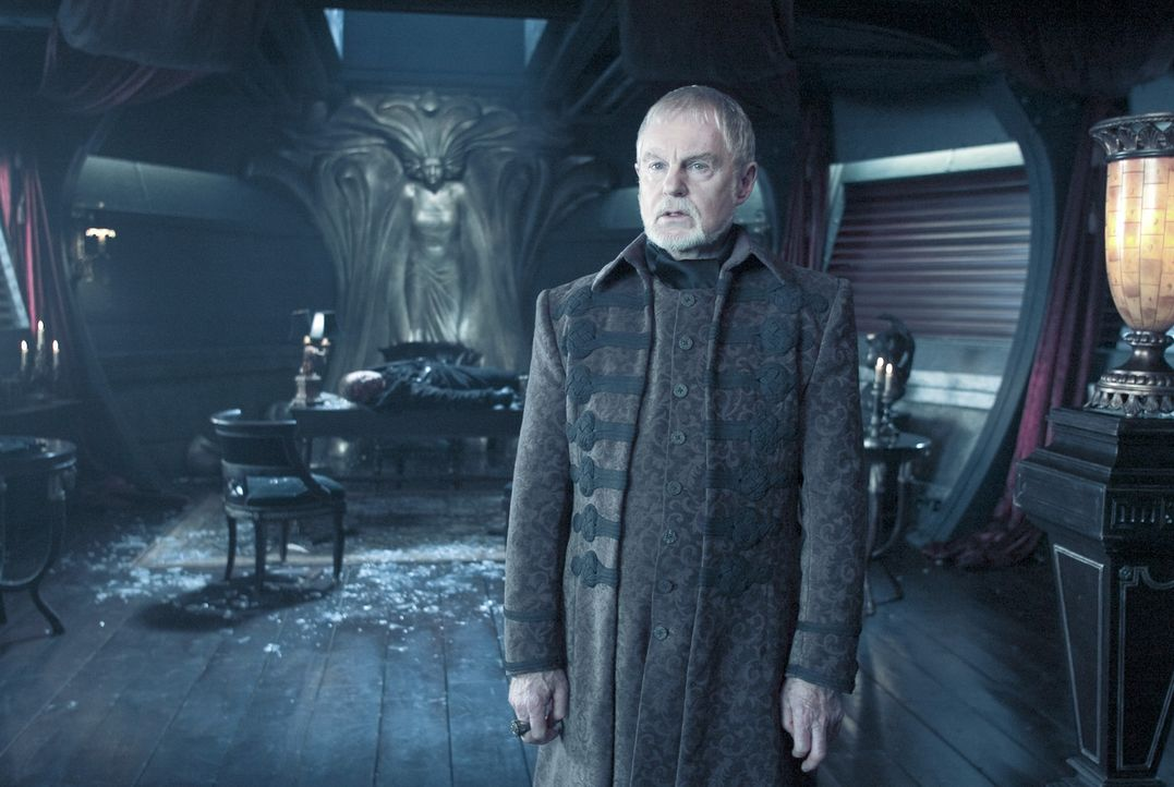 Der Papa von den Zwillingen Vampir Marcus und Werwolf William, Alexander Corvinus (Derek Jacobi), beobachtet aus neutraler Position das mörderische... - Bildquelle: Sony Pictures Television International. All Rights Reserved.