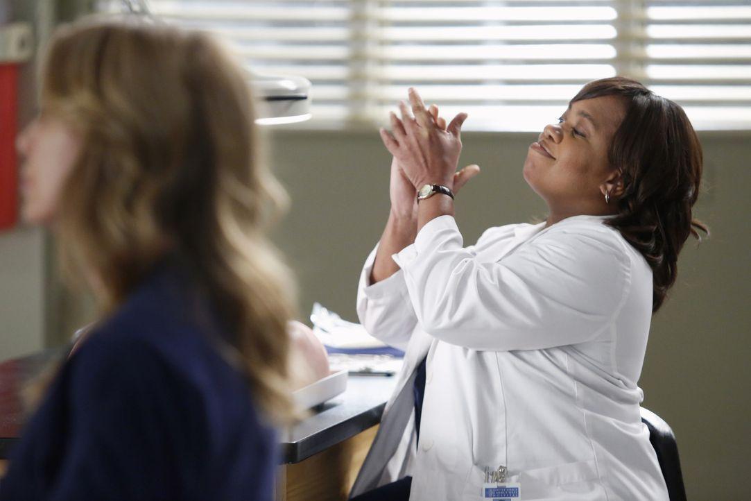 Bailey (Chandra Wilson) ist übertrieben euphorisch und arbeitet sehr gut bei Dr. Nessbaum mit, da sie nicht zu den Ärzten gehören will, die wegen... - Bildquelle: ABC Studios