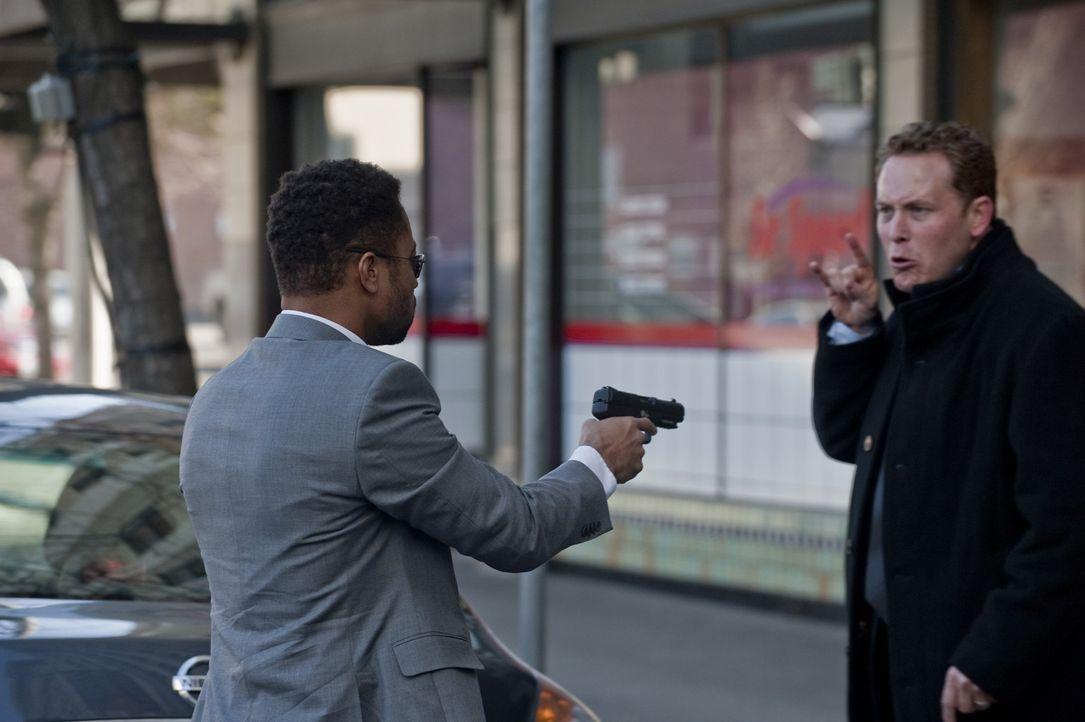 Kaum hat Allan (Cole Hauser, r.) den Killer Jonas Arbor (Cuba Gooding Jr., l.) kennengelernt, da wird er auch schon in ein mörderisches Spiel gezog... - Bildquelle: 2011 Sony Pictures Worldwide Acquisitions Inc. All Rights Reserved