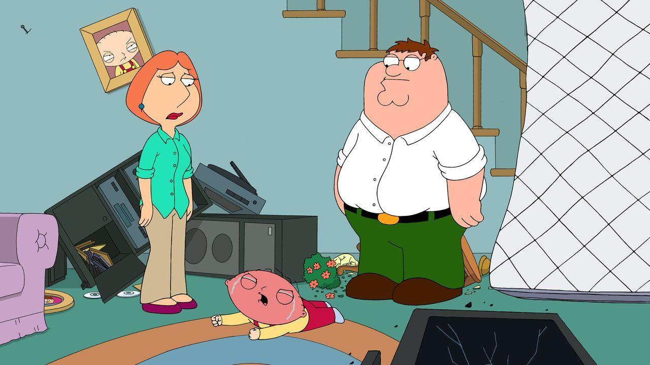 Als der Fernseher kaputt geht, baut Stewie (M.) aus Frust eine Zeitmaschine und reist damit zu dem Zeitpunkt vor seiner Geburt. Er bringt Lois (l.)... - Bildquelle: 2014 Twentieth Century Fox Film Corporation. All rights reserved.