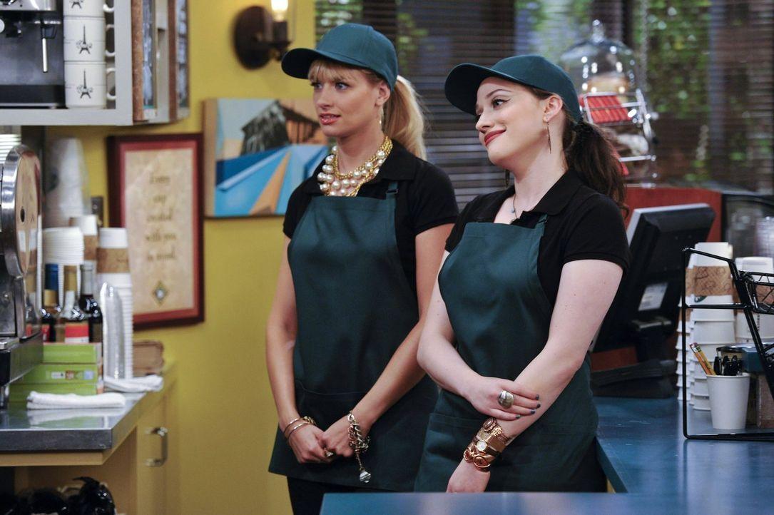 Eine Kaffeemaschine soll den Umsatz des Fensterverkaufs von Caroline (Beth Behrs, l.) und Max (Kate Dennings, r.) steigern. Nur blöd, dass sie diese... - Bildquelle: Warner Brothers
