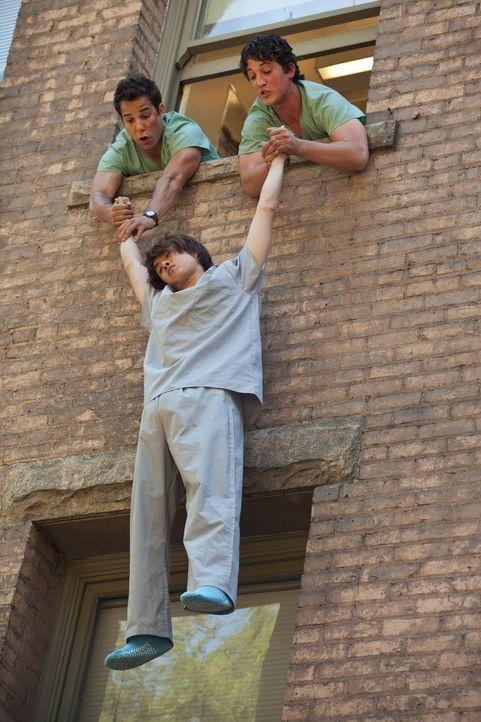 Unglücklicherweise lässt sich Jeff (Justin Chon, M.) von seinen Schulfreunden Casey (Skylar Astin, l.) und Miller (Miles Teller, r.) überreden, sein... - Bildquelle: John Johnson 2011 Twenty One and Over Productions, Inc.