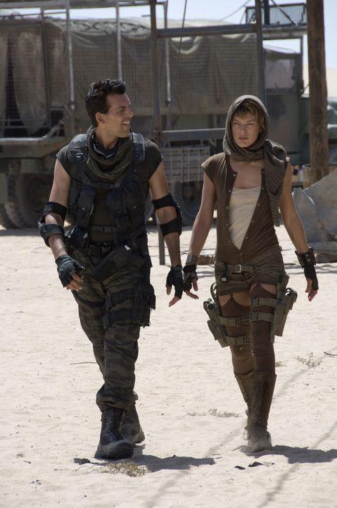 In Carlos Olivera (Oded Fehr, l.) findet Alice (Milla Jovovich, r.) einen Verbündeten im Kampf gegen die entfesselten Untoten ... - Bildquelle: Constantin Film