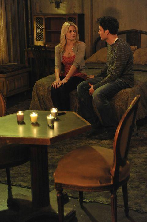 Während Barney und Marshall aneinander geraten, plant Ted (Josh Radnor, r.) ein romantisches Wochenende mit Zoey (Jennifer Morrison, l.) ... - Bildquelle: 20th Century Fox International Television