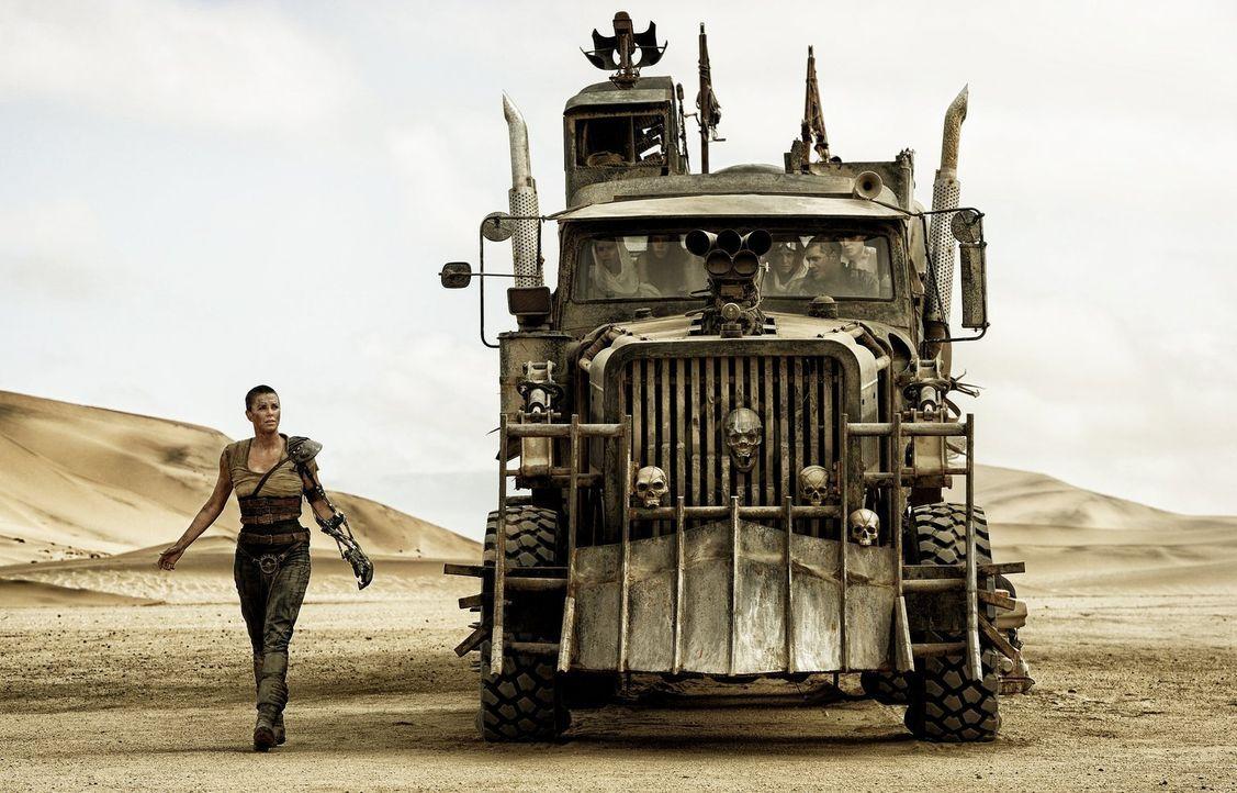 """In der Hoffnung, ihre alte Heimat, den """"Grünen Ort"""", zu finden, flüchtet Imperator Furiosa (Charlize Theron) mit einer Gruppe junger Frauen aus der... - Bildquelle: 2015 Warner Bros."""