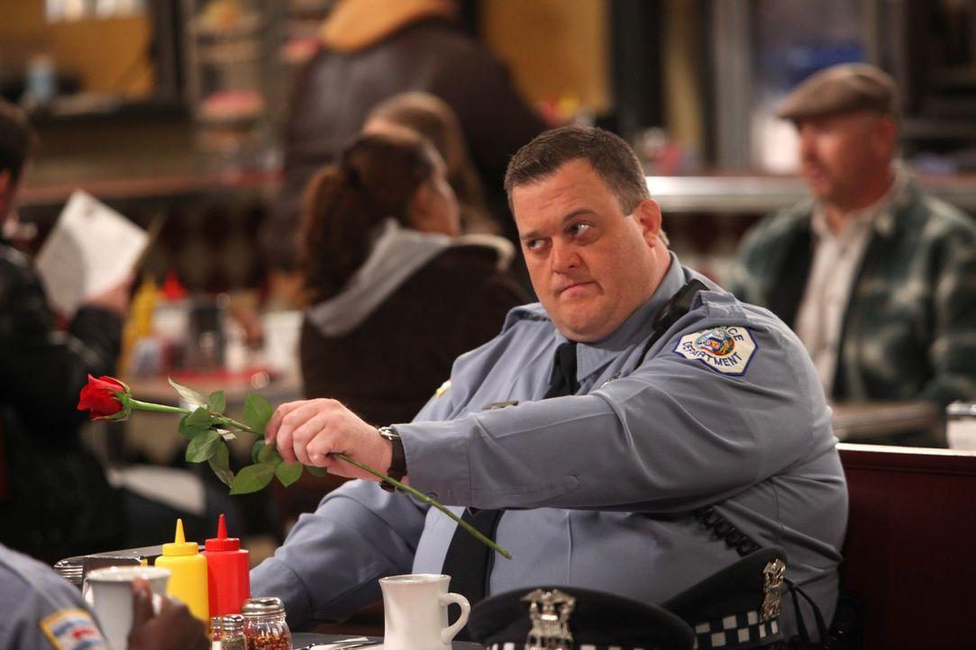 Der erste Valentinstag steht an und Mike (Billy Gardell) möchte mit Molly einen rundum gelungen Tag verbringen. Doch wird sein Plan aufgehen? - Bildquelle: 2010 CBS Broadcasting Inc. All Rights Reserved.