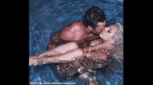 Lady Gaga im Pool - Bildquelle: www.littlemonsters.com