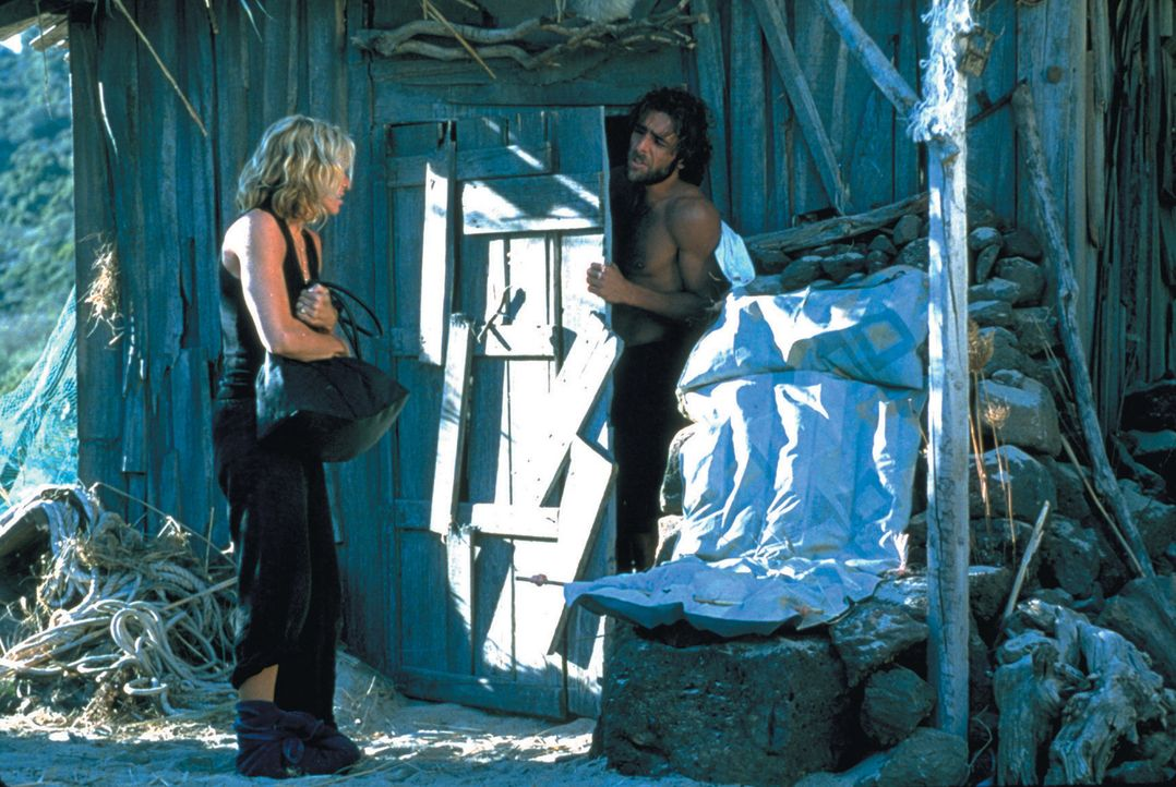 Ein paar reiche Nichtsnutze machen Urlaub auf einer Yacht. Besonders die zickige Amber (Madonna, l.) fällt dabei nur unangenehm auf, indem sie mit... - Bildquelle: 2003 Sony Pictures Television International
