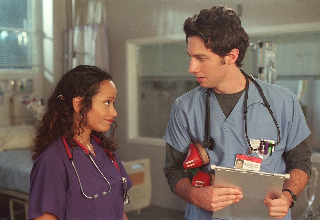 J.D. (Zach Braff, r.) leidet sehr darunter, dass Turk seine Zeit ausschließlich mit Carla (Judy Reyes, l.) verbringt und nichts mehr mit ihm unterni... - Bildquelle: Touchstone Television