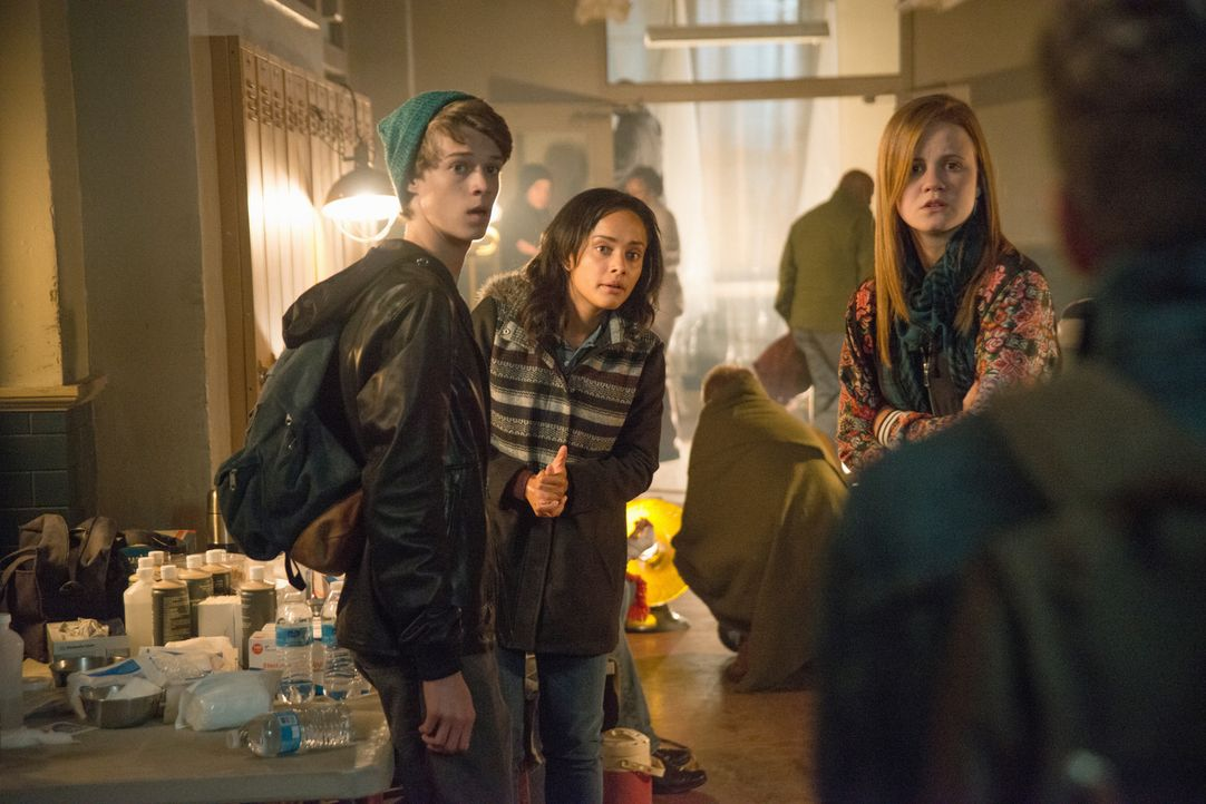 Noch glauben Joe (Colin Ford, l.), Rebecca (Karla Crome, M.) und Norrie (Mackenzie Lintz, r.), dass die eisigen Temperaturen ihr größtes Problem sin... - Bildquelle: 2014 CBS Broadcasting Inc. All Rights Reserved.