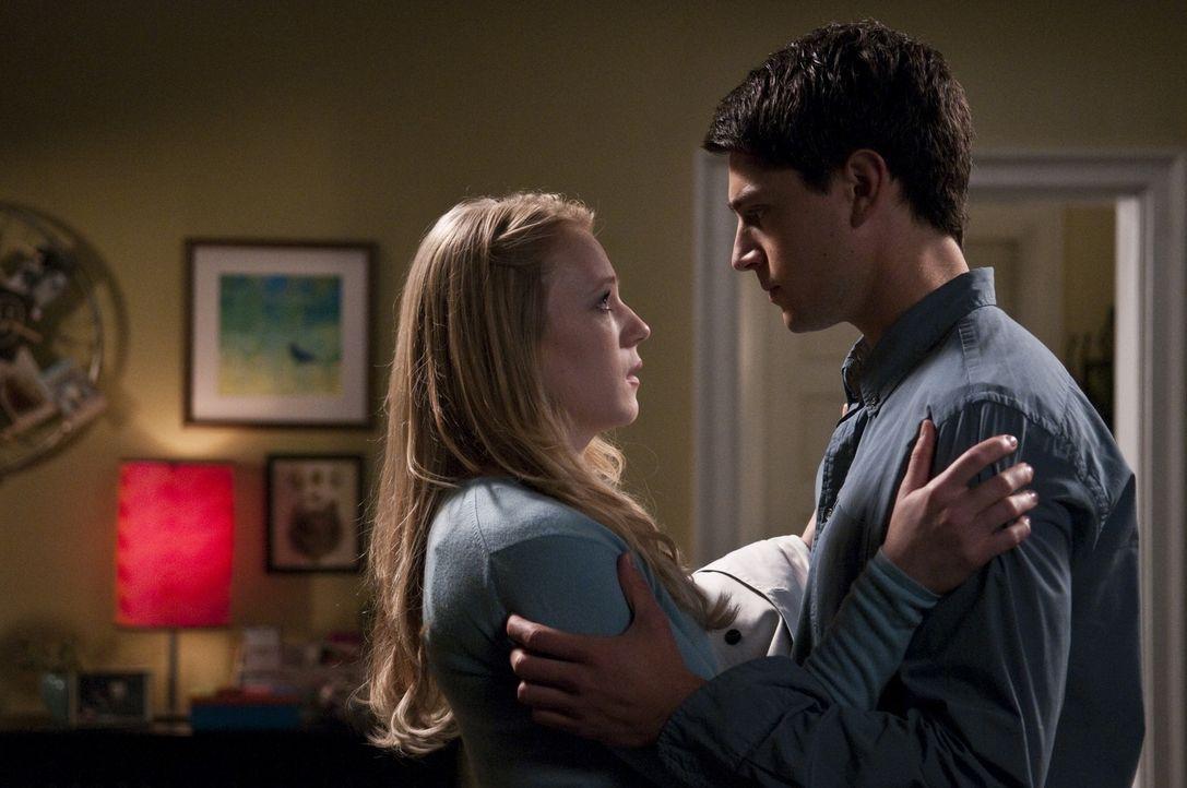 Molly (Emma Bell, l.); Sam (Nicholas D'Agosto, r.) - Bildquelle: Warner Bros.