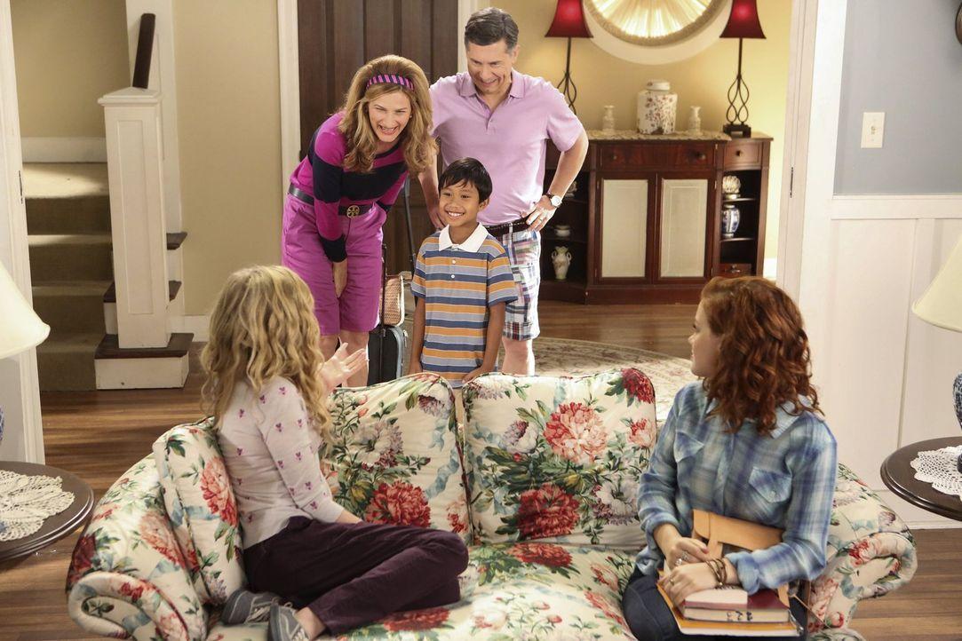 Lisa (Allie Grant, vorne l.) und Tessa (Jane Levy, vorne r.) sind schockiert, als Sheila (Ana Gasteyer, hinten l.) und Fred (Chris Parnell, hinten r... - Bildquelle: Warner Brothers