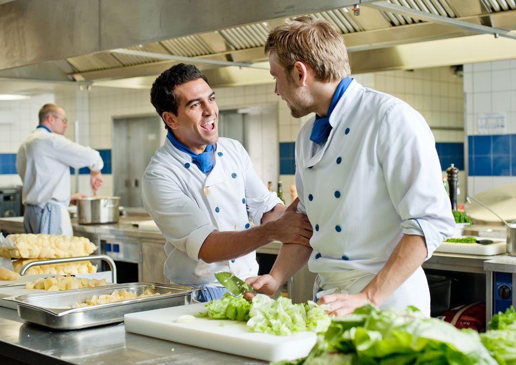 Tim (Max Riemelt, r.) und Can (Elyas M'Barek, l.) sind unzertrennliche Freunde, arbeiten gemeinsam als Köche und gehen auch zusammen auf die Balz. U... - Bildquelle: 2012 Constantin Film Verleih GmbH