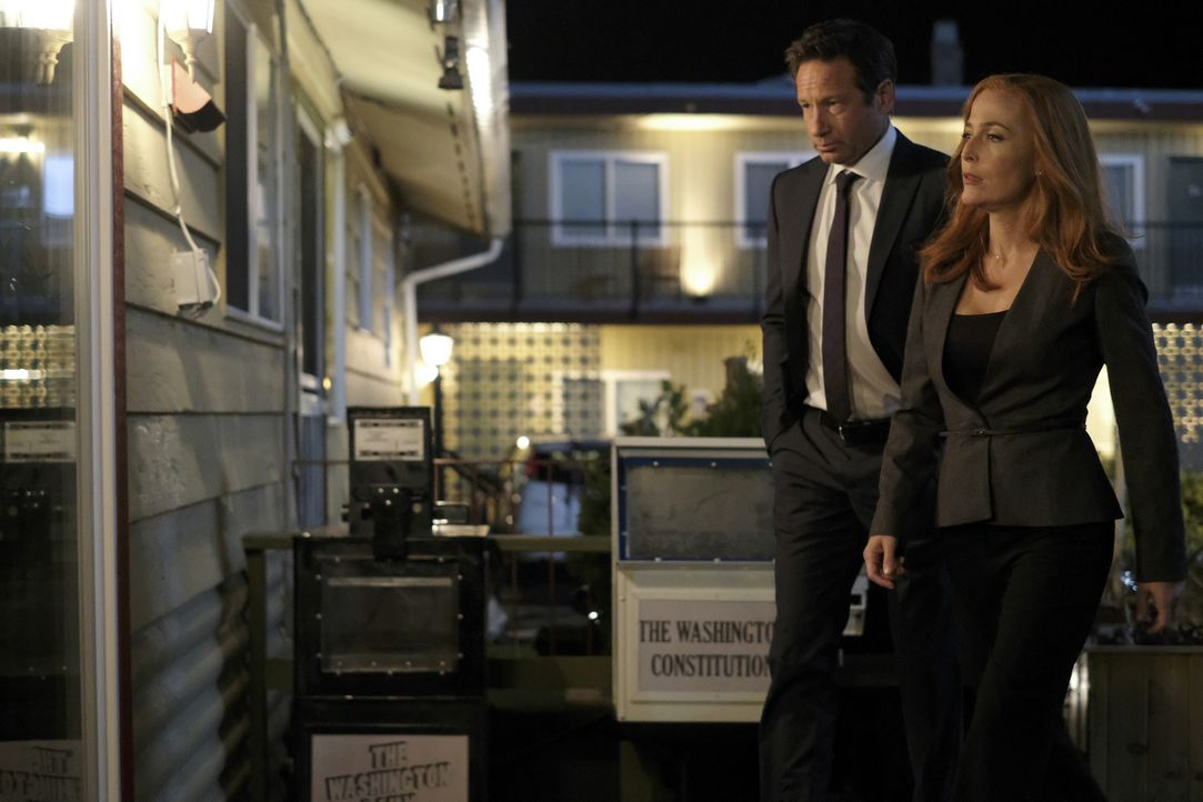 Müssen sich mit zwei psychisch labilen, telepathischen Zwillingen auseinandersetzten: Mulder (David Duchovny, l.) und Scully (Gillian Anderson, r.)... - Bildquelle: Shane Harvey 2017 Fox and its related entities.  All rights reserved.