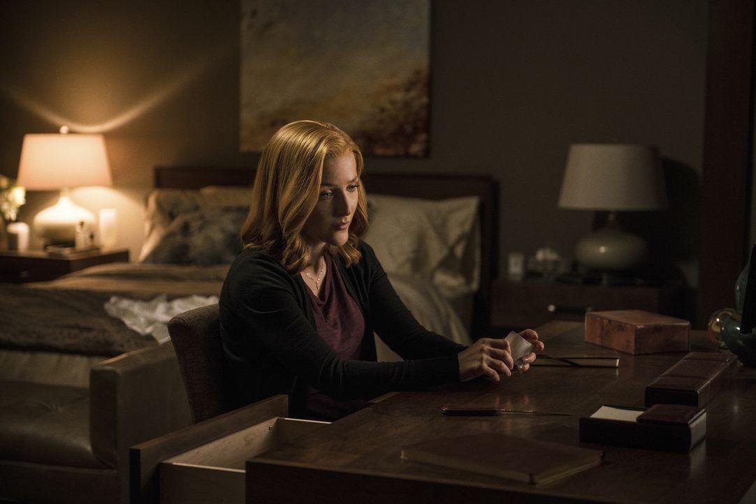 Ihr neuster Fall lässt Scully (Gillian Anderson) über grundlegende Dinge nachdenken ... - Bildquelle: Ed Araquel 2016 Fox and its related entities.  All rights reserved.