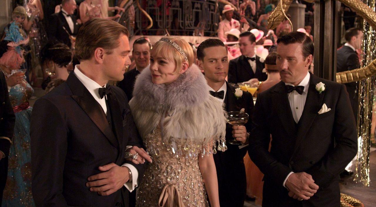 Die Liebe zwischen Gatsby (Leonardo DiCaprio, l.) und Daisy (Carey Mulligan, 2.v.l.) droht, auch das Leben von Nick (Tobey Maguire, 2.v.r.) und Tom... - Bildquelle: 2012 Warner Brothers
