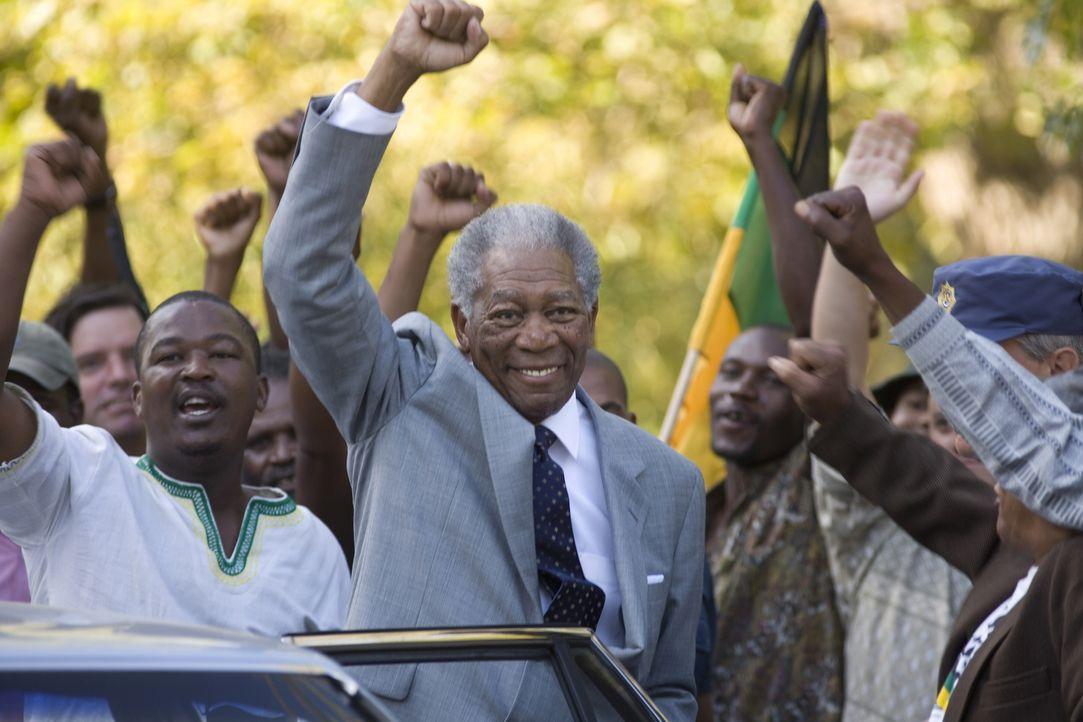 27 Jahre war Nelson Mandela (Morgan Freeman, M.) wegen seines Widerstands gegen die Apartheid eingekerkert. Nun wird er zum ersten schwarzen Präside... - Bildquelle: Warner Bros.