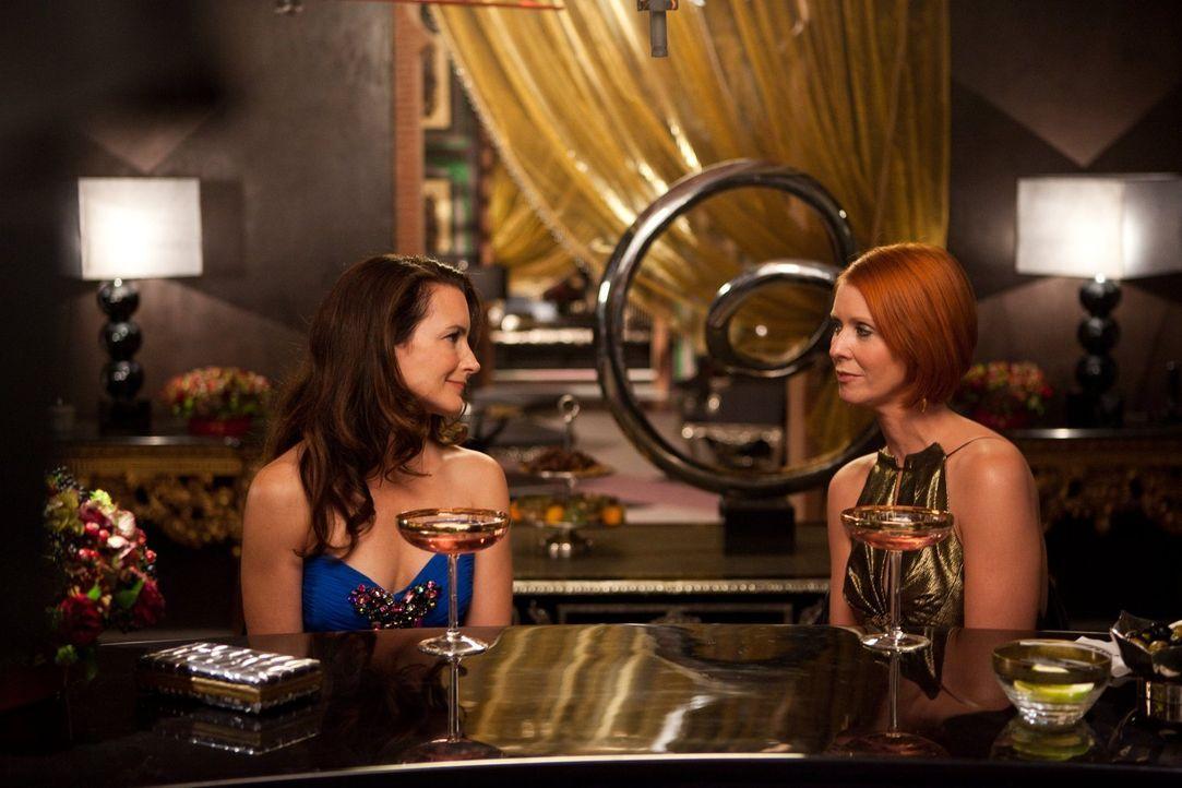 Manchmal muss man einfach alles hinter sich lassen: Charlotte (Kristin Davis, l.), die sich in ihrer Rolle aus Mutter überfordert fühlt, und Miranda... - Bildquelle: Warner Brothers