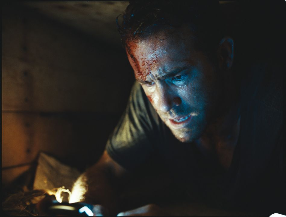Lebendig begraben im Irak: Schlechter Handyempfang, ein rapide schwindender Akku und Sauerstoffmangel sind Pauls (Ryan Reynolds) schlimmste Feinde i... - Bildquelle: ASCOT ELITE Home Entertainment GmbH _Buried