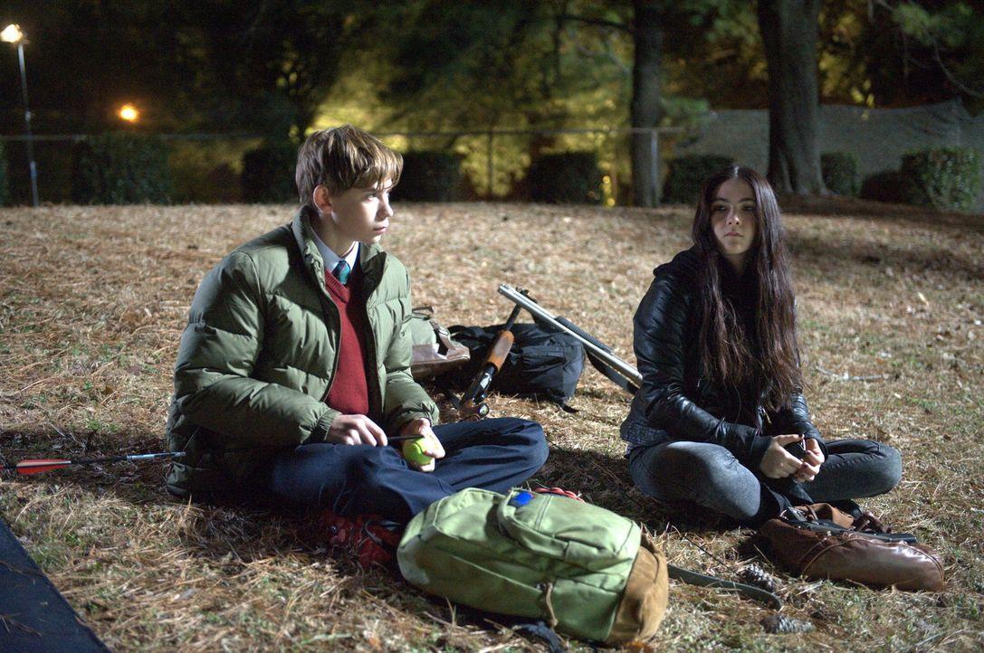 Suchen nach einem Ort, an dem sie sicher vor den blutrünstigen Smartphone-Zombies sind: Jordan (Owen Teague, l.) und Alice (Isabelle Fuhrman, r.) ... - Bildquelle: Richard Foreman 2014 CELL Film Holdings, LLC ALL RIGHTS RESERVED.