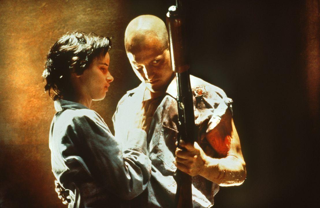 Mickey (Woody Harrelson, r.) und Mallory (Juliette Lewis, l.) sind das berüchtigtste Killer-Pärchen Amerikas. Bei ihren Überfällen lassen sie st... - Bildquelle: Warner Bros.