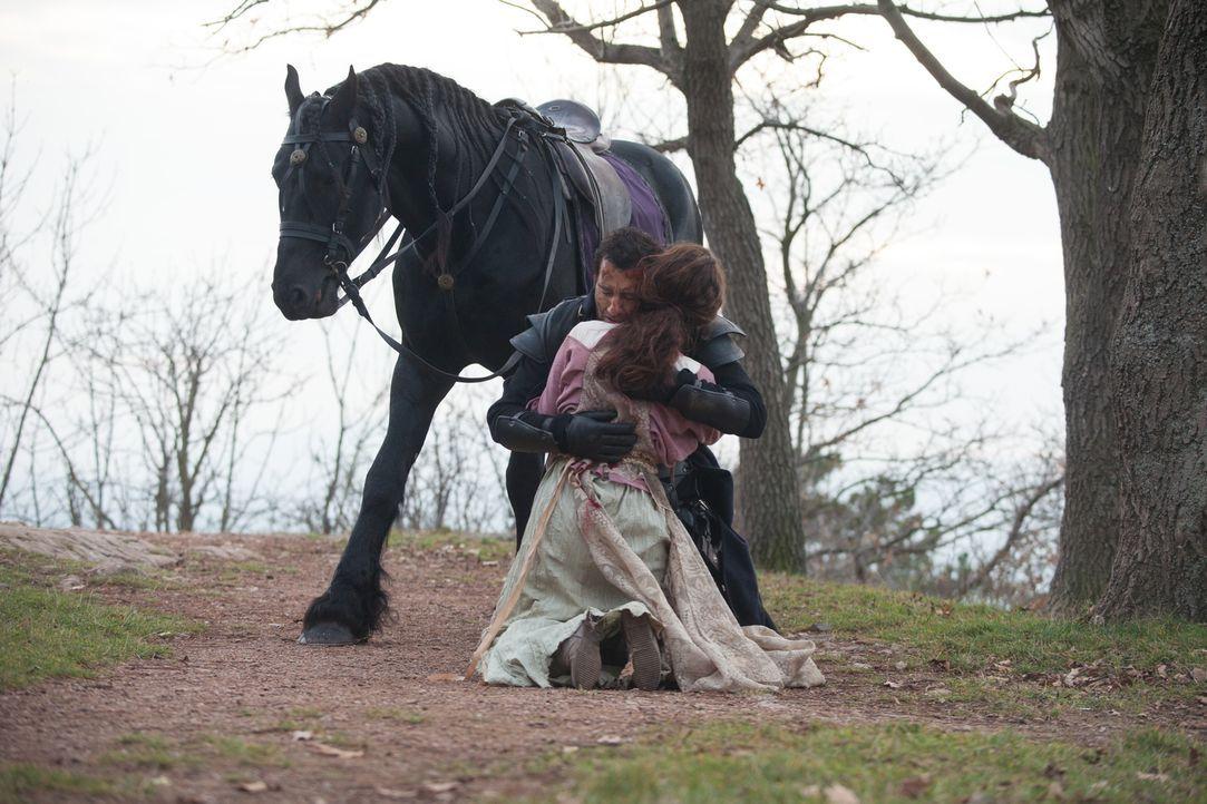 In der mittelalterlichen Welt, in der Raiden (Clive Owen, hinten) und Naomi (Ayelet Zurer, vorne) leben, hat ihre Liebe nur wenig Chancen ... - Bildquelle: Wild Bunch