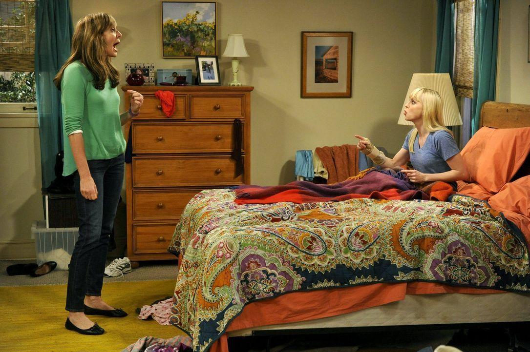 Bonnie (Allison Janney, l.) macht Christy (Anna Faris, r.) klar, dass sie sich nicht allzu sehr auf ihre künftige Großmutter-Rolle freuen soll: Das... - Bildquelle: Warner Brothers Entertainment Inc.