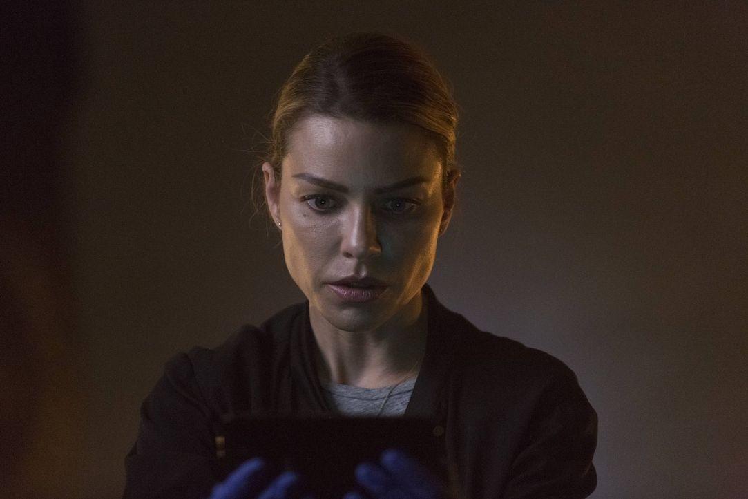In ihrem Privatleben warte eine unerwartete Überraschung auf Chloe (Lauren German) ... - Bildquelle: 2016 Warner Brothers