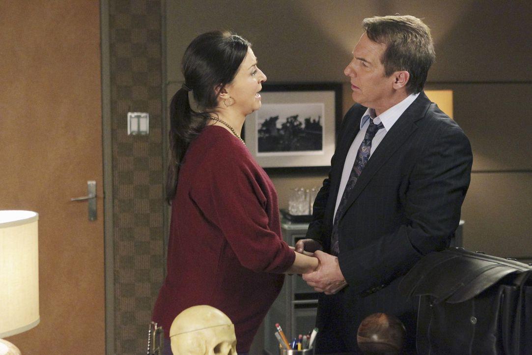 Während Sheldon (Brian Benben, r.) eine Familie behandelt, die sich Sorgen um die neue sexuelle Vorliebe des Vaters macht, droht Amelia (Caterina S... - Bildquelle: ABC Studios