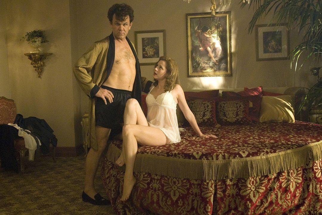 Dewey (John C. Reilly, l.) ist ein Weiberheld, wie er im Buche steht. Er hat eigenen Angaben zufolge Sex mit 411 Frauen. Doch die Liebe seines Leben... - Bildquelle: 2007 Columbia Pictures Industries, Inc.  and GH Three LLC. All rights reserved.