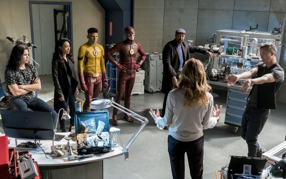 Wie weit würden (v.l.n.r.) Cisco (Carlos Valdes), Iris (Candice Patton), Wally alias Kid Flash (Keiynan Lonsdale), Barry alias The Flash (Grant Gust... - Bildquelle: 2016 Warner Bros.