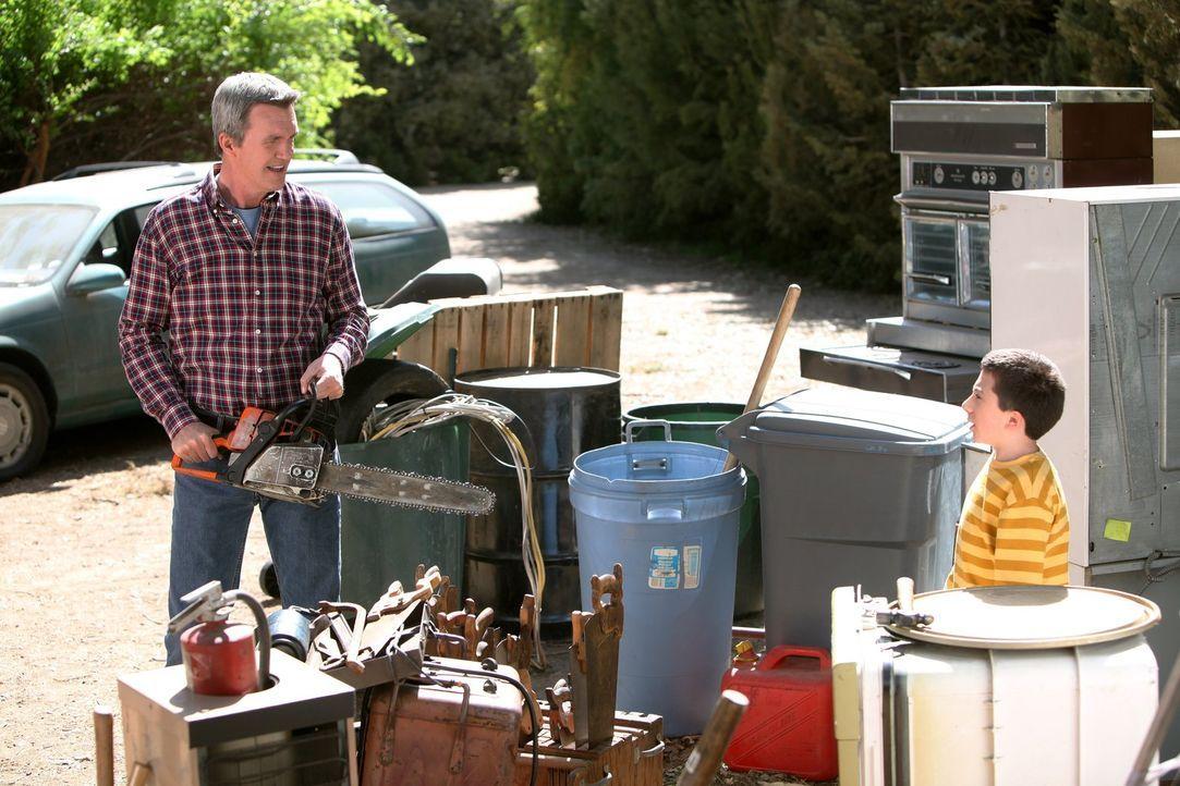 Mike (Neil Flynn, l.) gerät mit seinem Vater Big Mike in Streit, weil der der Meinung ist, Mike sei nicht streng genug mit Brick (Atticus Shaffer, r... - Bildquelle: Warner Brothers