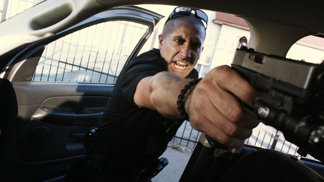 Hände hoch oder es knallt! Officer Brian Taylor (Jake Gyllenhaal) schiebt seinen Dienst in einem äußerst kriminellen Viertel, in dem auch unbequeme... - Bildquelle: Scott Garfield 2011 Sole Productions, LLC. All rights reserved.