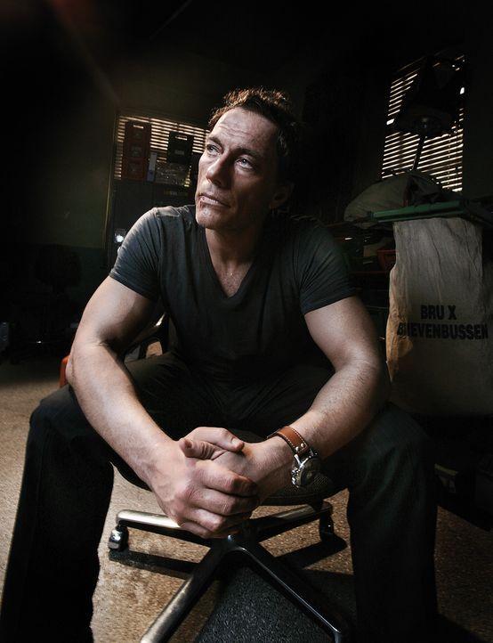 Weil die Gangster große Anhänger des Kinohelden J.C.V.D. (Jean-Claude Van Damme) sind, wird er dazu verdonnert, die Verhandlungen mit der Polizei... - Bildquelle: 2008 Samsa Film & Gaumont. All Rights Reserved.