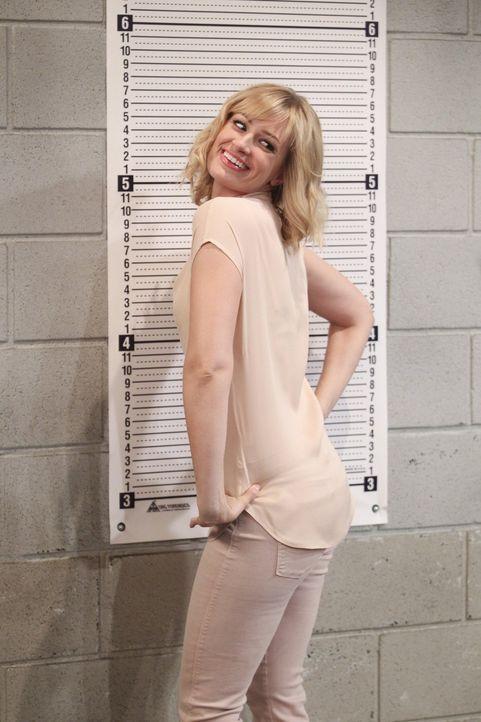 Da verwechselt Caroline (Beth Behrs) das Fotoshooting im Gefängnis mit dem roten Teppich -  sehr zum Leidwesen der anwesenden Polizisten ... - Bildquelle: Warner Bros. Television