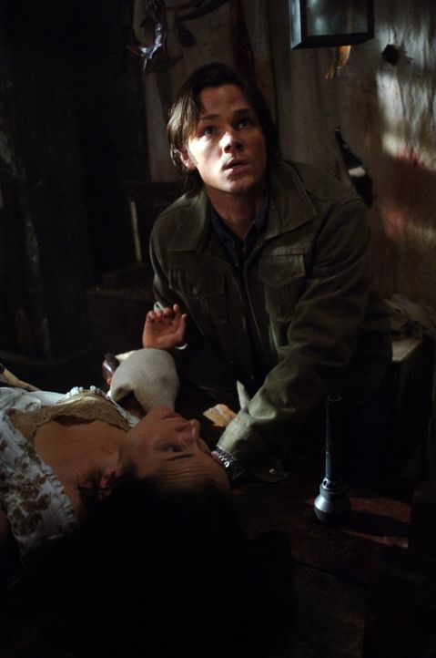 Sam (Jared Padalecki, r.) versucht alles, um eine junge Frau aus den Fängen von Doc Benton zu befreien, der für seine Formel für das ewige Leben... - Bildquelle: Warner Bros. Television