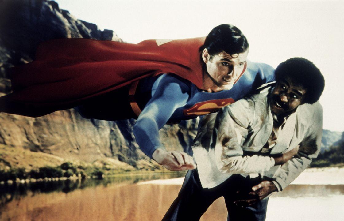Als der Industriemagnat Ross Webster und sein Handlanger Gus Gorman (Richard Pryor, r.) Superman (Christopher Reeve, l.) mit künstlichem Kryptonit i... - Bildquelle: Warner Bros.