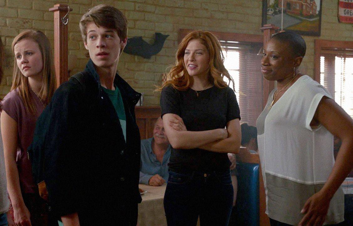Während Norrie (Mackenzie Lintz, l.) und Joe (Colin Ford, 2.v.l.) auf eigene Faust ermitteln, versuchen Carolyn (Aisha Hinds, r.) und Julia (Rachell... - Bildquelle: 2014 CBS Broadcasting Inc. All Rights Reserved.